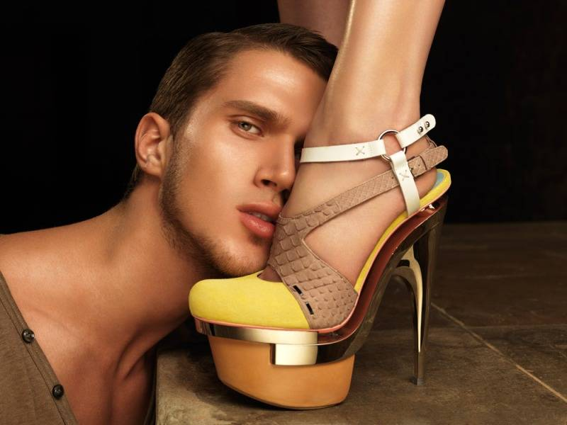 Целуют ноги женщинам — 7